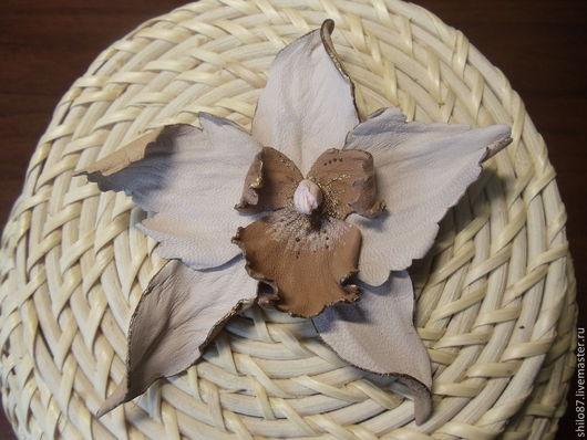 """Броши ручной работы. Ярмарка Мастеров - ручная работа. Купить Брошь из кожи """"Орхидея капучино"""". Handmade. Бежевый, натуральная кожа"""