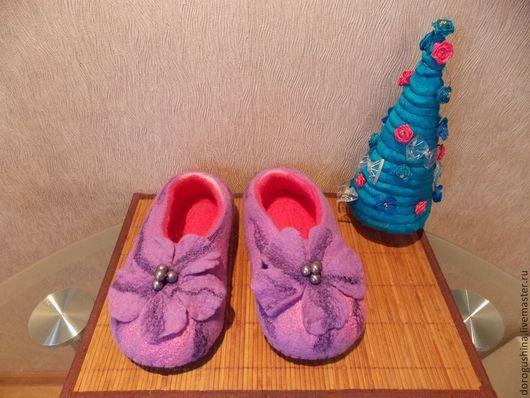 """Обувь ручной работы. Ярмарка Мастеров - ручная работа. Купить валяные тапочки """"Сиреневая фантазия"""". Handmade. Валяные тапочки, девушке"""
