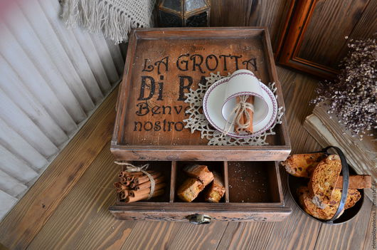 Сервировочный стол в стиле старого итальянского кантри.  Незаменимый помощник  для сервировки чайной или кофейной церемонии. Прекрасно впишется в интерьер кухни или загородного дома.