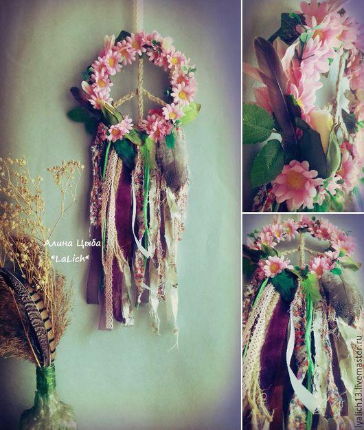 Ловец Снов `Нippie soul` навсегда зафиксирует эти нежные цветочки и хипарьское доброе настроение в вашей комнате.