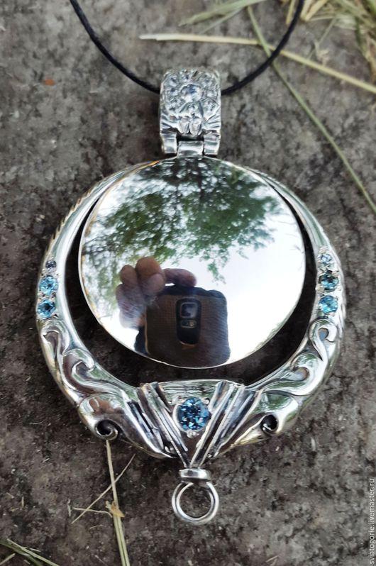 `Сагаан Толи` - `Белое зеркало`, кулон оберег, украшение из серебра 925 пробы с исскуственым алмазом, фианитами и голубыми топазами, чернение. Вес 38,7 гр., размер 43х68 мм