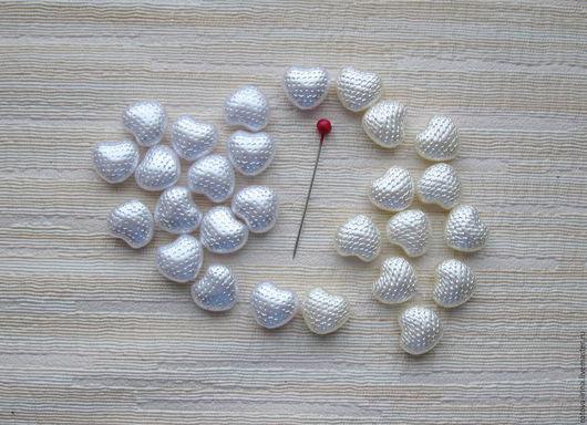 Бусины сердечки акриловые с перламутровым эффектом белого и молочного цвета для декора и отделки очечников, косметичек и сумочек; для оформления подарочных мешочков и сумочек  для рукоделия творчества