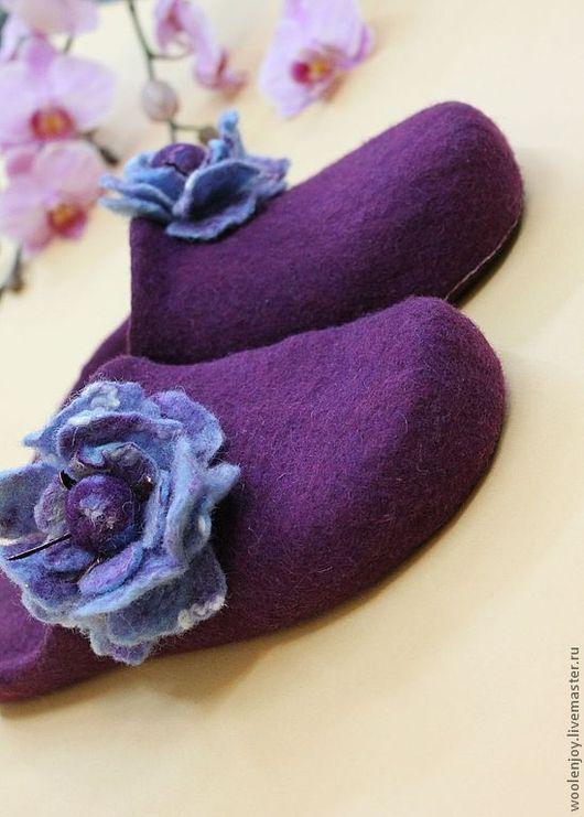 """Обувь ручной работы. Ярмарка Мастеров - ручная работа. Купить Тапочки валяные """"фиолетовый цветок"""". Handmade. Тёмно-фиолетовый, мягкие"""