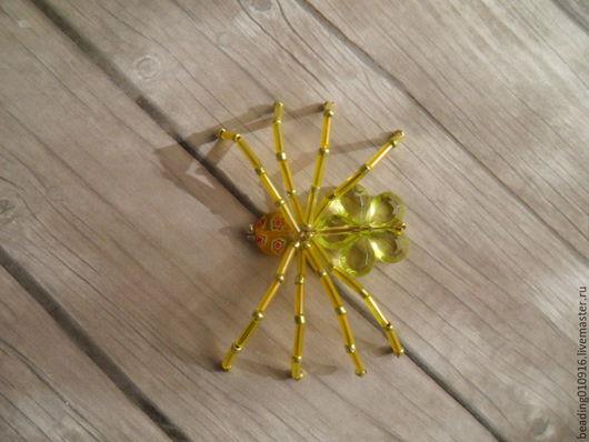 Ярко-желтый паук из бисера сможет стать отличным украшением к одежде, подвески или основой для брелка,  для украшения интерьера