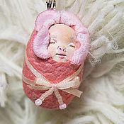 """Куклы и игрушки ручной работы. Ярмарка Мастеров - ручная работа Миниатюрная куколка. Спящий малыш в розовом. Из серии """"Лялечки-коконы"""". Handmade."""
