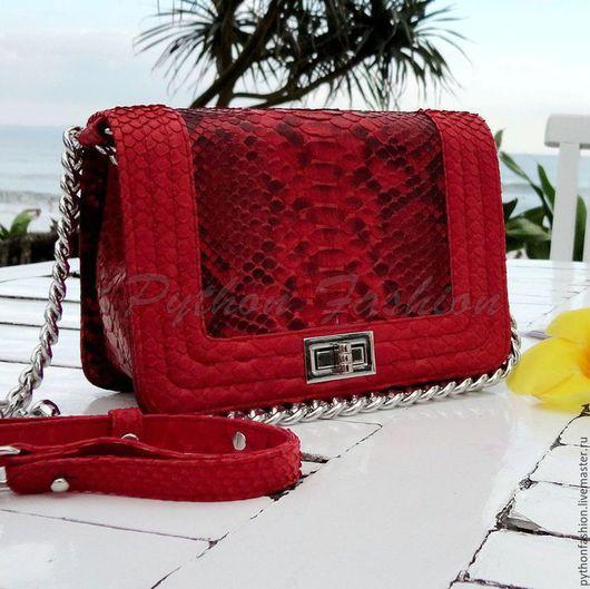 Сумочка из питона. Оригинальная сумочка из кожи питона. Питоновая сумочка кросс-боди на длинной цепочке. Легкая сумочка из питона ручной работы. Стильная сумочка через плечо. Яркая сумочка на весну.