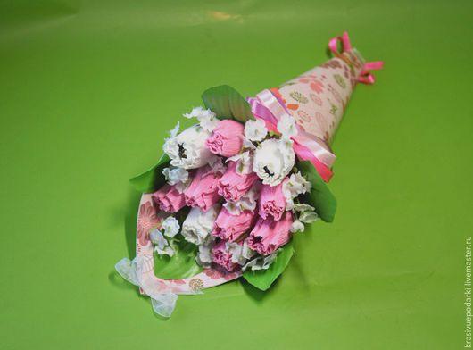 Модный кулечек с бутонами,внутри которых 11 конфет `Шарлет`.Композиция украшена искусственной зеленью,атласными и капроновыми лентами,бусинами!