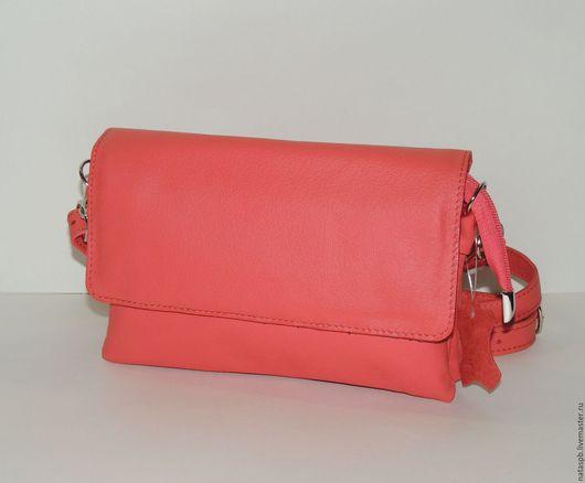 Сумочка «Магда» сшита из мягкой кожи яркого розово-кораллового цвета.