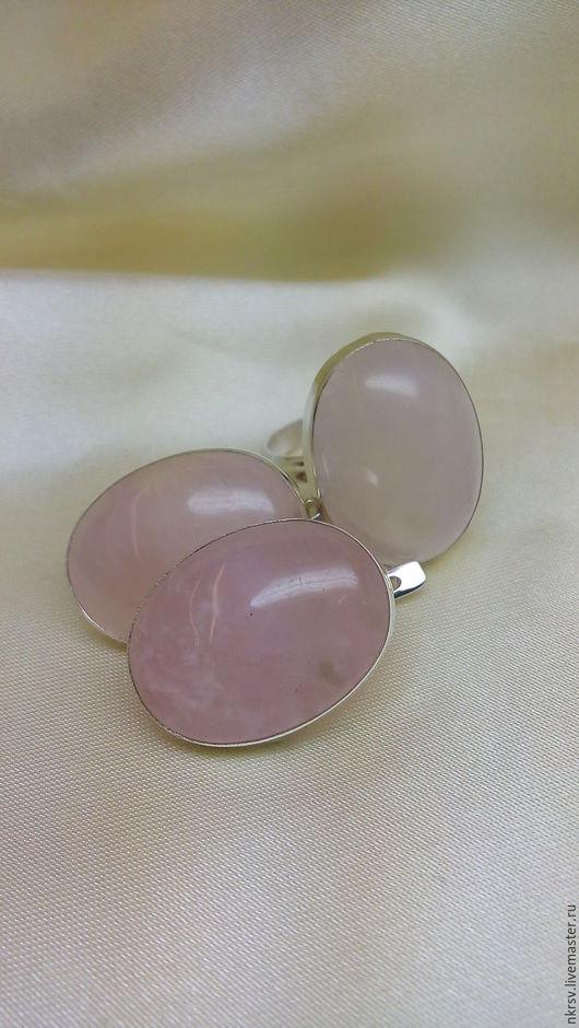 Комплект украшений ручной работы из натурального розового кварца в серебре.