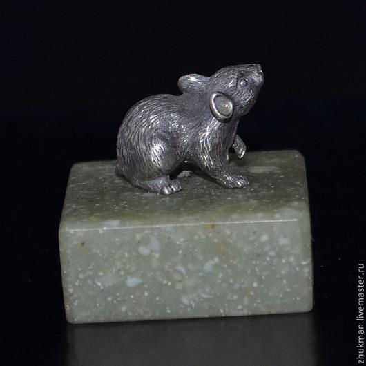 Миниатюрная фигурка `Мышь`. Есть статуэтки собак: такса, болонка, эрдельтерьер, пудель, спаниель, пекинес. Есть фигурки других животных: слон, черепаха, кошка, медведь, крыса, змея (кобра).
