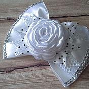 Заколки ручной работы. Ярмарка Мастеров - ручная работа Нарядные белые банты в школу на 1 сентября с розами из лент. Handmade.