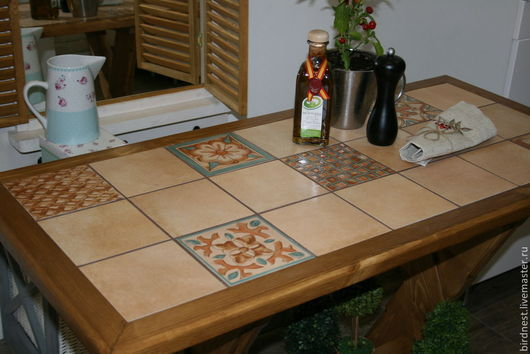 Кухонный стол из массива с керамической плиткой, ручная работа. Сочетание синего и коричневого является главным цветовым элементом этого стола.