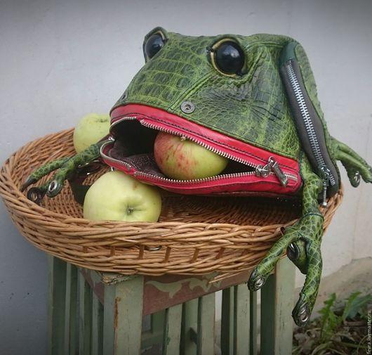 Маленькая, но прожорливая получилась лягушечка.  У неё довольно большой рот, да и внутри объем приличный.