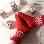 """Аксессуары ручной работы. Ярмарка Мастеров - ручная работа Теплые шерстяные носки с орнаментом красного цвета """"Сердечный подарок"""". Handmade."""