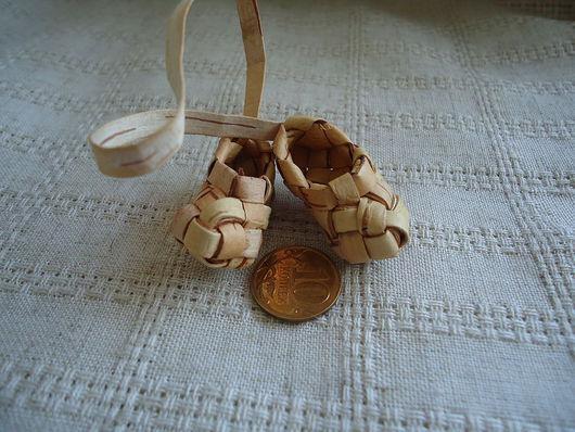 Миниатюра ручной работы. Ярмарка Мастеров - ручная работа. Купить миниатюрные лапти из бересты. Handmade. Аксессуар для кукол, подарок, золотой
