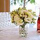 Бело-кремовая свадьба - букет цветов на фуршетном столе