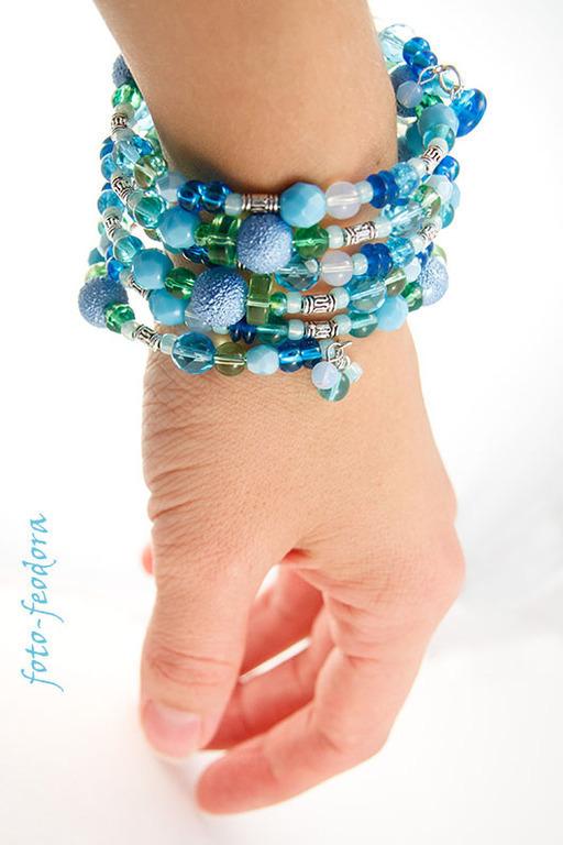 Яркий зелено-голубой браслет из стеклянных бусин, бисера и пластиковых бусин.  Этот многорядный браслет удобно носить благодаря тому, что он собран на мемори-проволоку, 6 рядов.