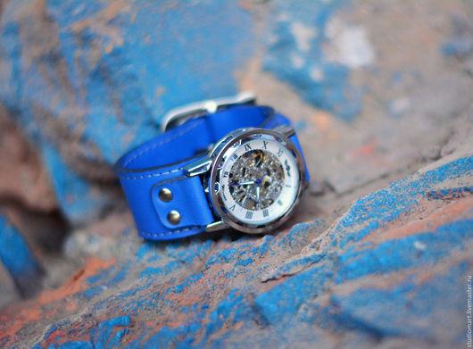 Часы наручные на широком браслете из натуральной кожи. Модель унисекс. Женские наручные часы / мужские наручные часы