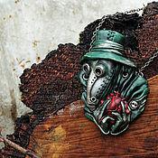 """Комплекты украшений ручной работы. Ярмарка Мастеров - ручная работа Кулон """"Чумной доктор в зеленом плаще"""". Handmade."""