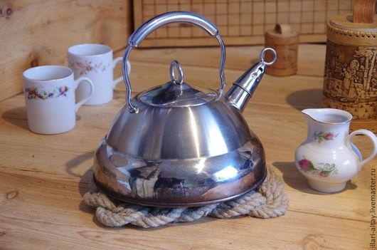 Подставка под горячее из пенькового каната. Толщина 16 мм. Без клея, пластика или красителей.  Горячий чайник, поставленный на стол, не будет источать запах лака (формальдегида) или пластика из покрытия стола, омрачая прелесть вашей чайной церемонии. Наоборот, подогретая подставка добавит мягкий легчайший запах пеньковых волокон.