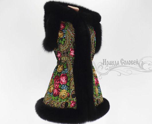 Авторский удлинённый жилет с отстегивающимся капюшоном из павлопосадских платков Незнакомка-5 с натуральным мехом финского песца черного цвета