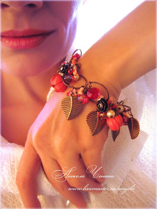 Браслет с ярко-красными цветами из полимерной глины FIMO.  Медный браслет с красными цветами-подвесками.