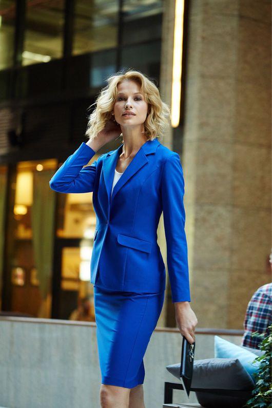Синий женский костюм с юбкой