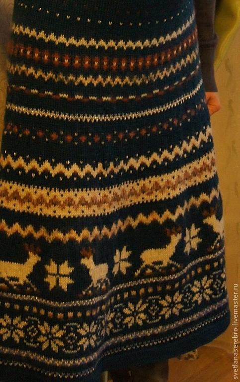 Здесь передан  максимально реальный цвет юбки.Приглушенно,спокойно-кобальтовый и беж с золотом. Фото сделано в специальном режиме,чтобы передать как на яву она смотрится.Другие фото вспышка меняет цве