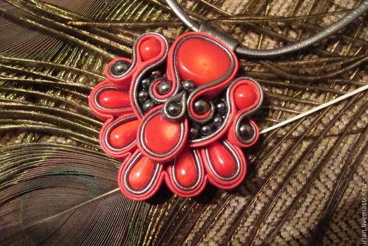 Кулоны, подвески ручной работы. Ярмарка Мастеров - ручная работа. Купить Подвеска из натуральной кожи с кораллами. Handmade. Ярко-красный