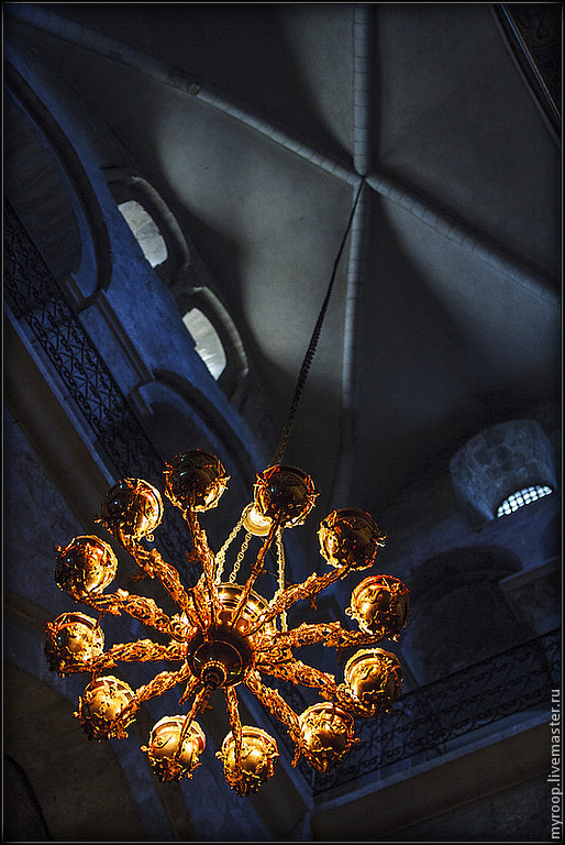 Иерусалим. Старый город. Храм Гроба Господня. Удивительная архитектура, аура, свет и полумрак, голоса на всех языках мира звучат со всех сторон. И каждый наедине с Богом.