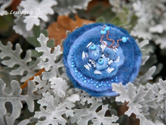 Маленькая уютная брошь в сине-бело-голубых тонах с оттенками цвета морской волны из шерсти. Норвегия