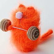 Куклы и игрушки ручной работы. Ярмарка Мастеров - ручная работа Культурист. Кот-силач ( Вязаные игрушки коты /сувенир для спортсмена)). Handmade.