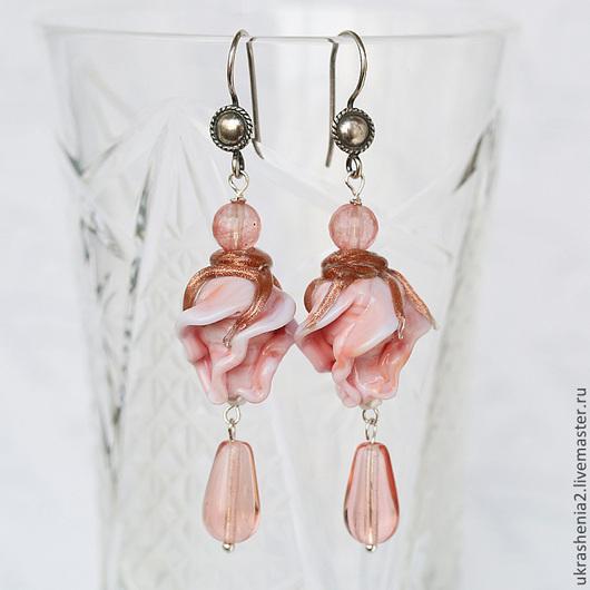 Серьги длинные с каплями и бутонами персиково-розовых роз из стекла лэмпворк. Цена 1200р