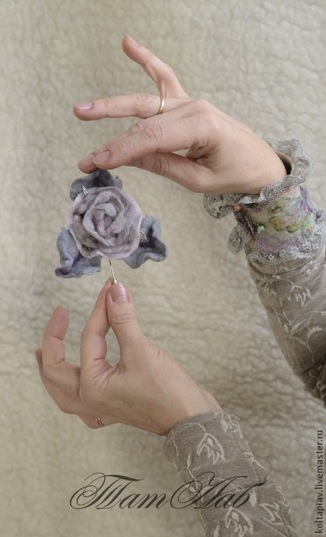 """Броши ручной работы. Ярмарка Мастеров - ручная работа. Купить Брошь войлочная """"Дымка"""". Handmade. Серый, роза-брошь"""