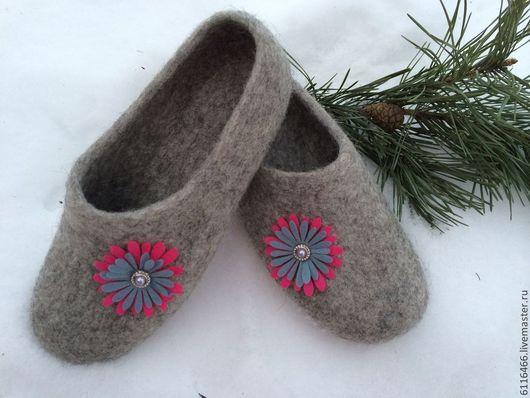 Обувь ручной работы. Ярмарка Мастеров - ручная работа. Купить домашние валяные тапочки из натуральной шерсти Милые. Handmade. Серый