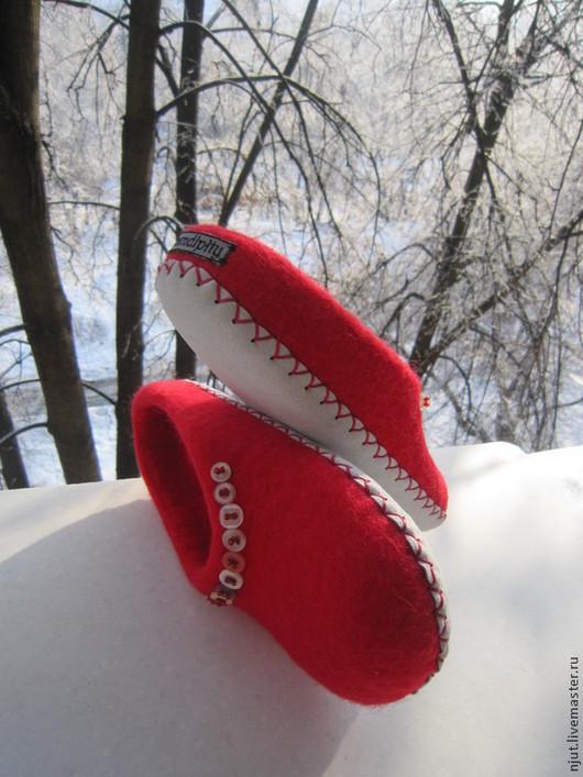 Домашние валяные тапочки, размер 36 (23 см). Talvimarjat - Зимние ягоды, сваляны из кардочеса от Марии Шатровой (silk & wool).