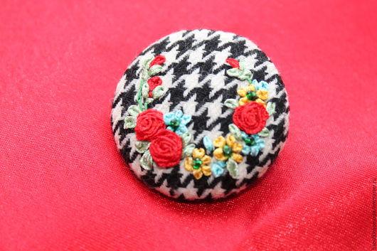 Броши ручной работы. Ярмарка Мастеров - ручная работа. Купить Брошь Алые розы на переплетении черного и белого. Handmade.