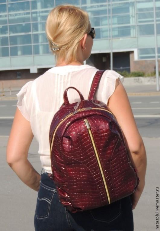 Этот городской рюкзак совмещает в себе функциональность – множество отделений и карманов, удобство – он комфортно размещается на спине и внешнюю привлекательность – что еще нужно для такого аксессуара