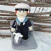 Куклы и игрушки ручной работы. Ярмарка Мастеров - ручная работа Вязаная кукла из шерсти Моряк на стенде. Handmade.