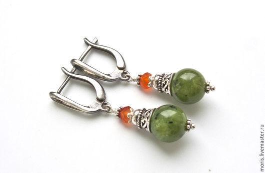 Яркие, сочные серьги из натурального зеленого нефрита и маленького оранжевого сердолика, вкусного цвета, с добавлением  серебра ручной работы