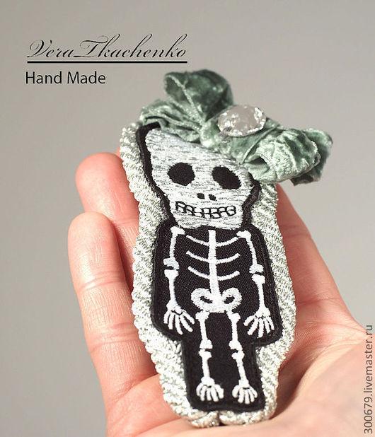 """Броши ручной работы. Ярмарка Мастеров - ручная работа. Купить Брошь """"Свой скелет в шкафу"""". Handmade. Серебряный, вышивка, бисер"""