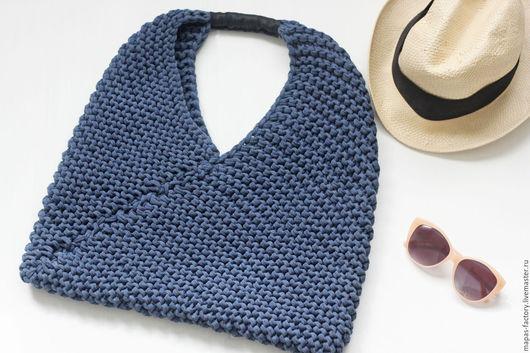 Модная, стильная, летняя сумка, связанная спицами из трикотажной пряжи российского производства.  Составит замечательный комплект к вашему гардеробу.