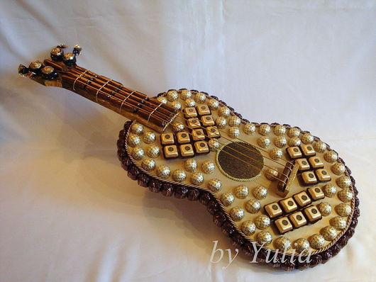 Кулинарные сувениры ручной работы. Ярмарка Мастеров - ручная работа. Купить Гитара из конфет. Handmade. Сладкий подарок, гитара