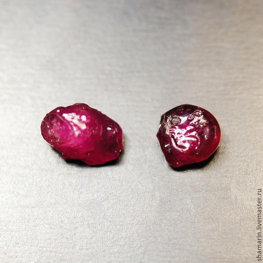 Натуральный рубин при искусственном свете В наличии экземпляр слева