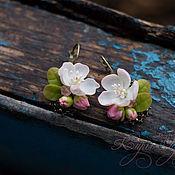 Серьги классические ручной работы. Ярмарка Мастеров - ручная работа Серьги с цветами яблони. Handmade.