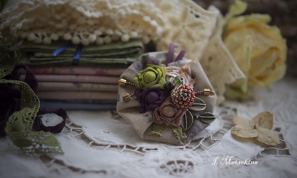 Цветок брошь из ткани на платье