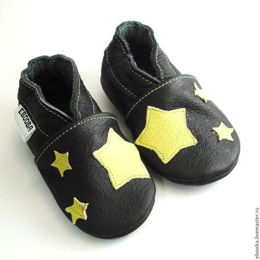 Кожаные чешки тапочки пинетки звёздочки оливковые на чёрном ebooba