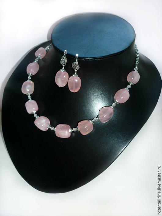 Колье и серьги `Аврора` выполнены из галтовки натурального Розового Кварца.  Качественная металлофурнитура  цвета античного серебра.