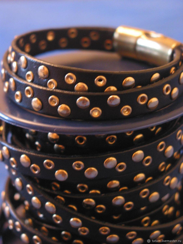 Очень модный кожаный плоский шнур черного цвета с клепками. На фото показан вариант двусхслойного браслета, который я придумала. Вы можете создать и что-то совсем другое.