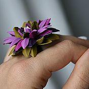 Украшения ручной работы. Ярмарка Мастеров - ручная работа Многоцветная хризантема - кольцо с кожаным цветком. Handmade.